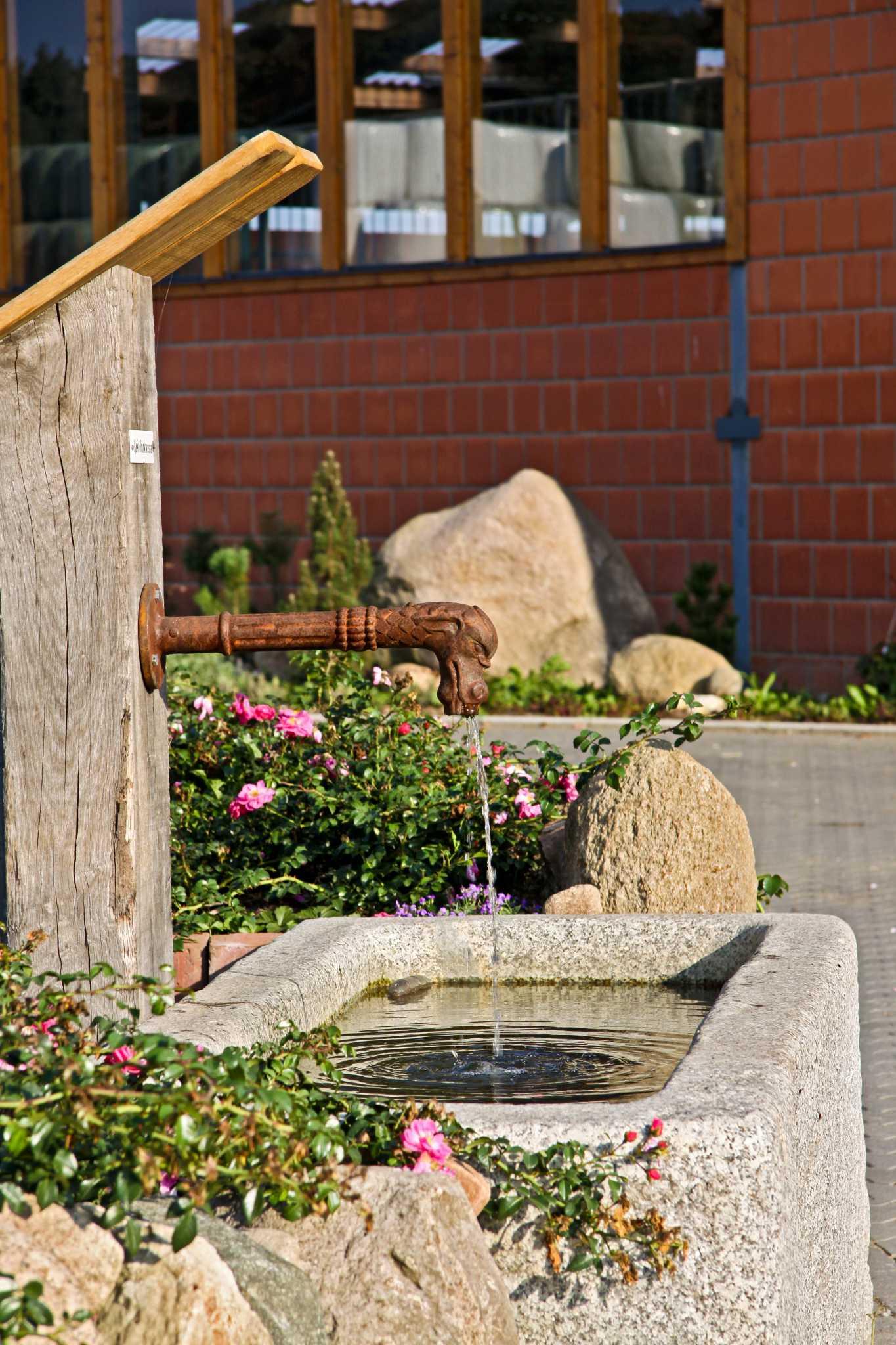 Brunnen vor der Reithalle
